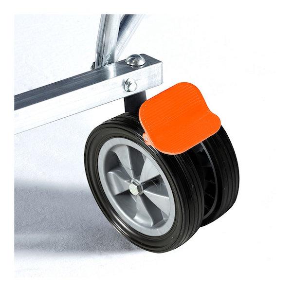 Imagen de la s ruedas y el sistema de bloqueo de la mesa de ping pong CORNILLEAU Sport 250 Indoor