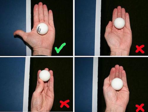Colocación de la pelota en la palma en el saque en ping pong